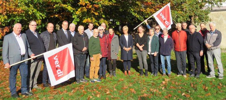 Die Jubilare vor dem Vereinshaus St.-Josef in Rhede mit dem ver.di-Ortsvereinsvorsitzenden Ernst Brüninghaus (2.v.l.) und ver.di-Sekretär Jörg Wagener (4.v.l.) am 10.11.2019