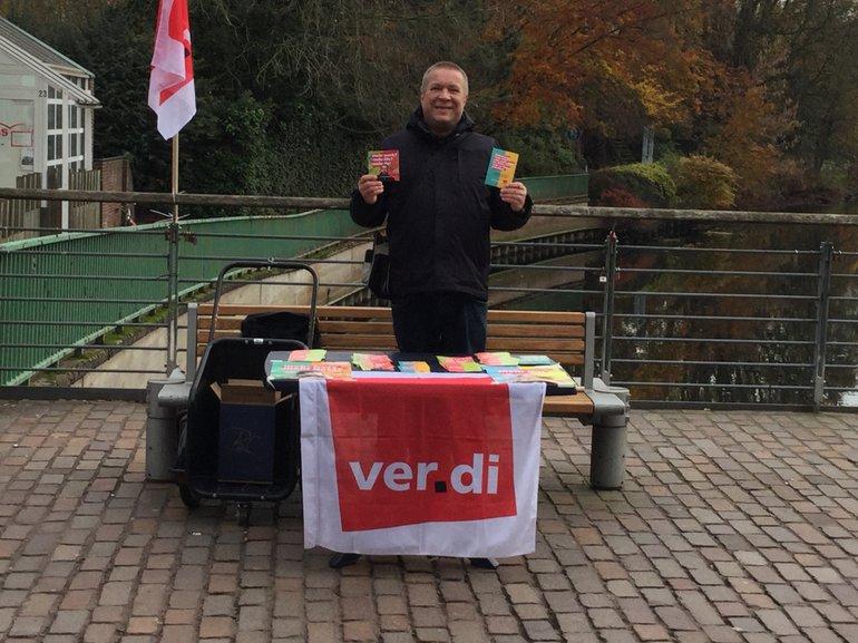 Wolfgang Quere am Infostand auf der Bocholter Neutorbrücke